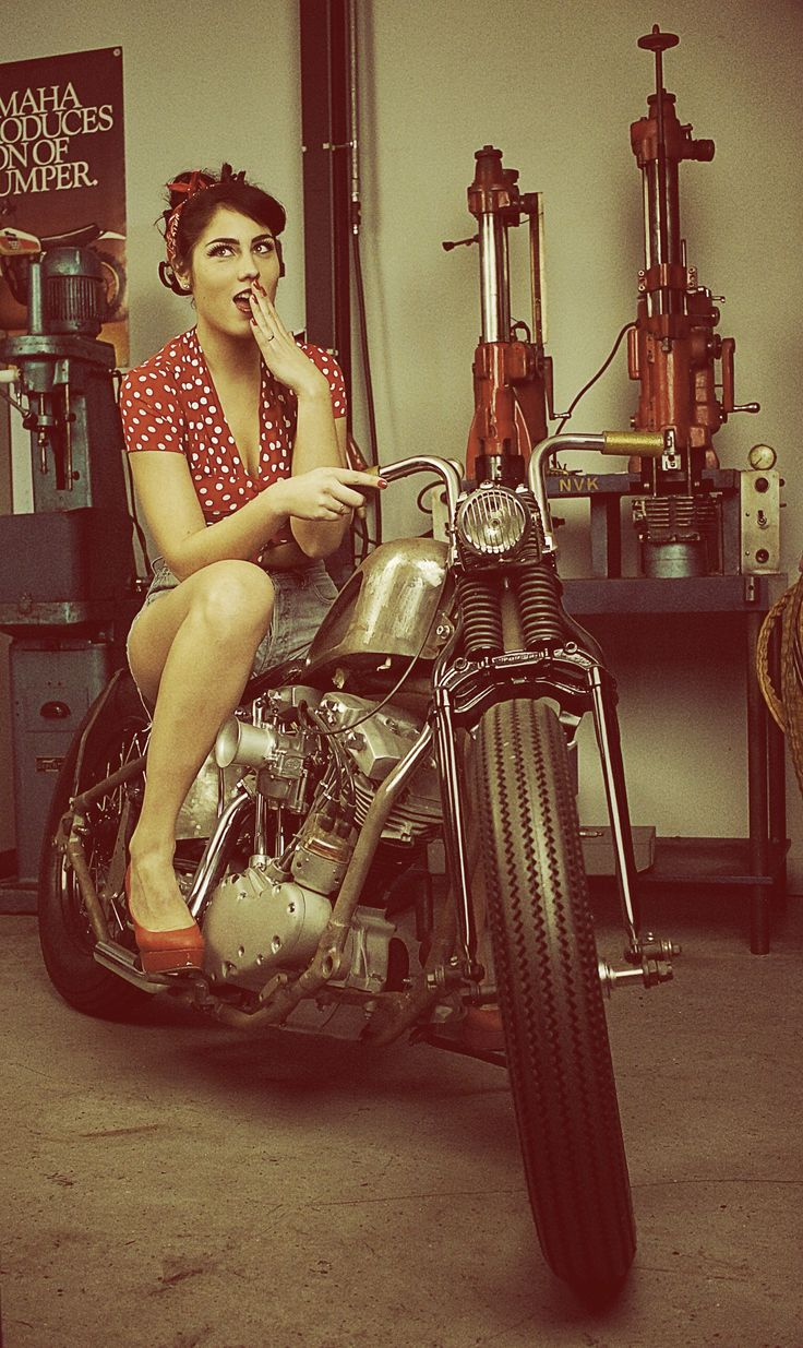 Pin-up photoshoot | uncomplicatedphotography #chicasmoteras #motorcyclesgirls | caferacerpasion.com