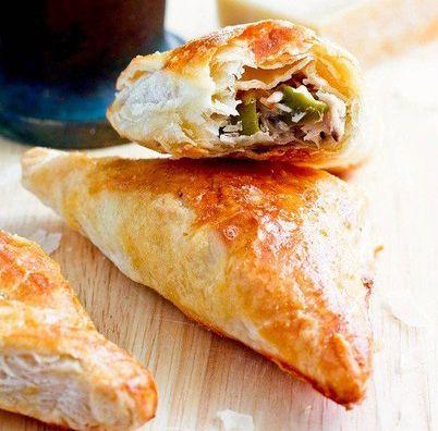 Слоёные пирожки стунцом, оливками и сыром Пармезан.