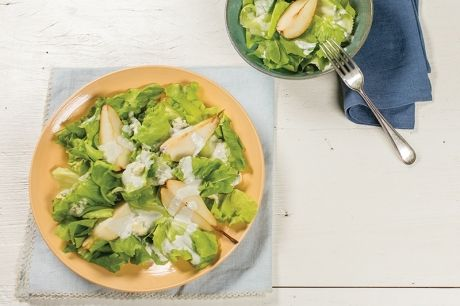 Salada de escarola com pera e molho de queijo azul | Panelinha - Receitas que funcionam