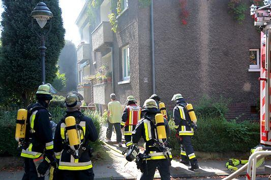 nice FW-E: Zimmerbrand in zweieinhalbgeschossigen Wohnhaus in Essen-Margarethenhöhe, fünf Personen mit Verdacht auf Rauchvergiftung