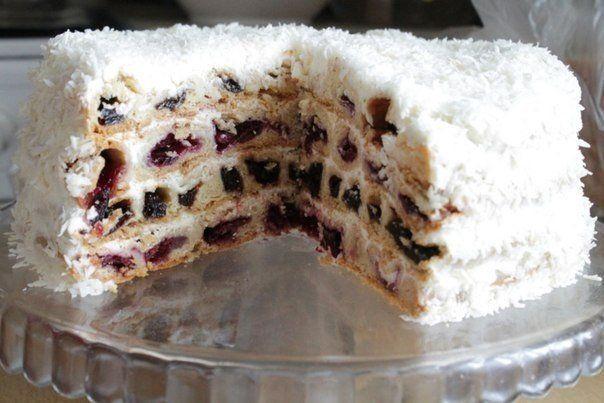 """Торт """"Вишня в снегу"""" понравится любителям песочно-ягодных коржей, пропитанных нежным сметанным кремом"""