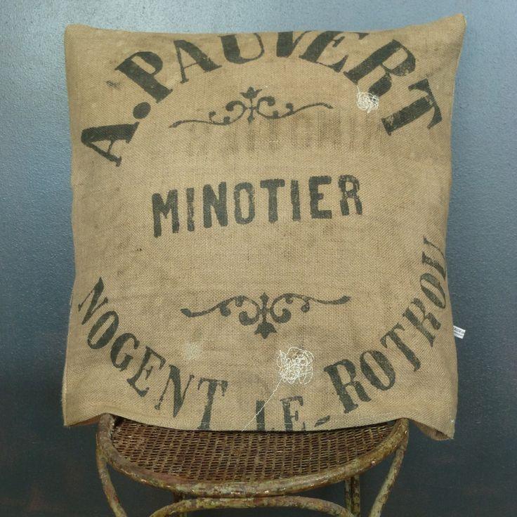 Coussin déhoussable en toile de jute ancienne (authentique sacs à grains de minoterie publicitaire) réalisation artisanale 60 x 60 cm de la boutique MADEinPERCHE sur Etsy