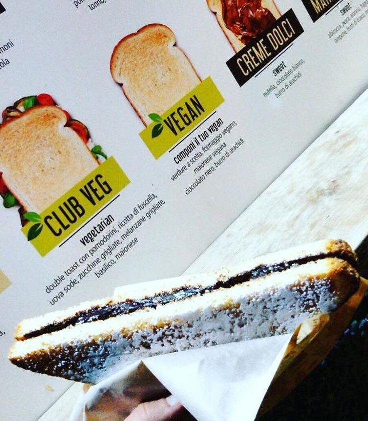 Capatoast è anche #VEGAN!  Toast salati da farcire con tante verdure a scelta, formaggi e mayo vegan. Toast dolci con burro di arachidi o crema al cioccolato vegan come quello in foto !