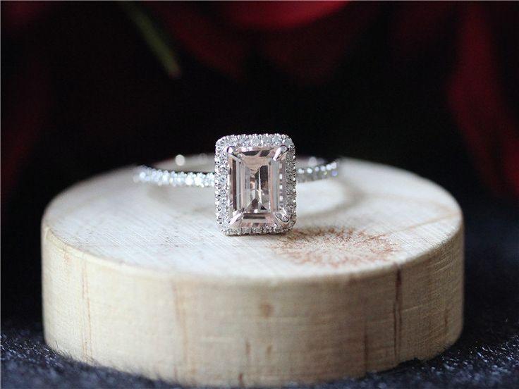 Anillo de morganite Programación puede hacerse también con oro de 18 K.  Anillo de puro tiene aproximadamente 0,25 diamantes de ct en ajuste, si quieres completo / medio anillo de eternidad en contacto conmigo antes de la compra.  Información del artículo: piedra del Morganite Forma: Corte esmeralda Claridad: SI Medidas: alrededor de 5X7m  Material: 14/18 k, oro sólido amarillo/blanco/rosa  Tamaño: 3.5-8 (más grandes y más pequeñas están disponibles. Precio a petición)  Procedimiento para la…