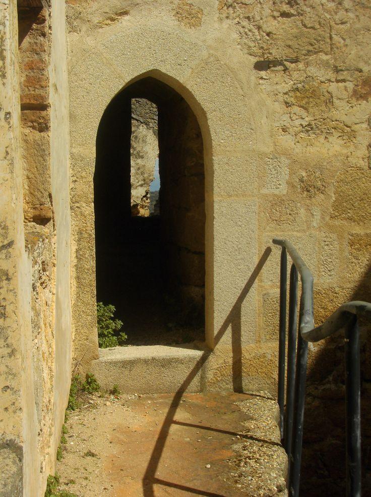 Una de las puertas del castillo que nos introduce en una de sus torres.