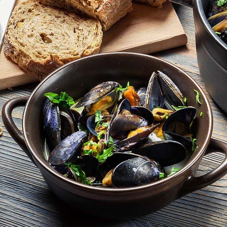 Muscheln klassisch, ganz einfach, schnell und lecker. Mit frischgebackenem Baguette ein Gedicht.  http://einfach-schnell-gesund-kochen.de/muscheltopf/