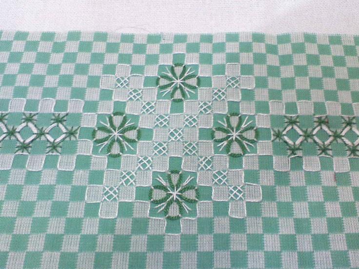 Very pretty chicken scratch on green gingham - Bordados Flor de Castanheira: Mais bordados em tecido xadrez