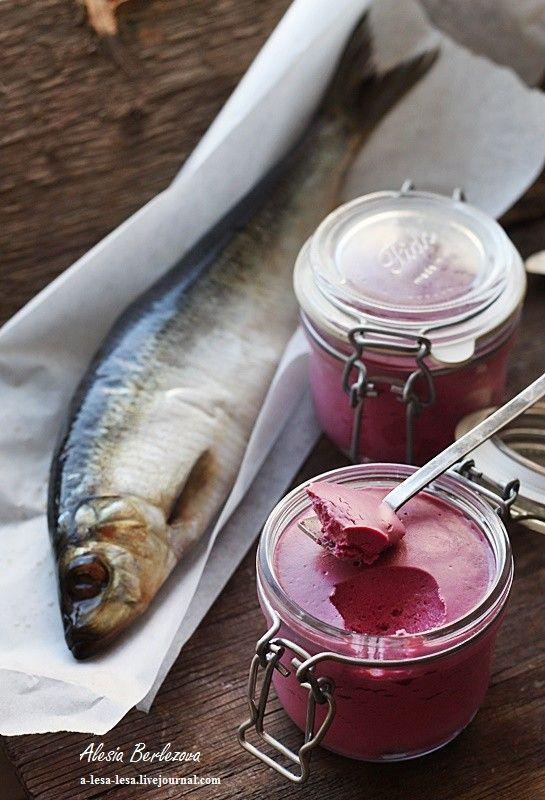 Свекла (отварная) — 175 г Сельдь (слабосоленая, филе) — 150-200 г Сыр творожный — 175 г Сметана — 5 ст. л. Желатин — 1 ст. л. Укроп (свежий, по вкусу) Соль и…