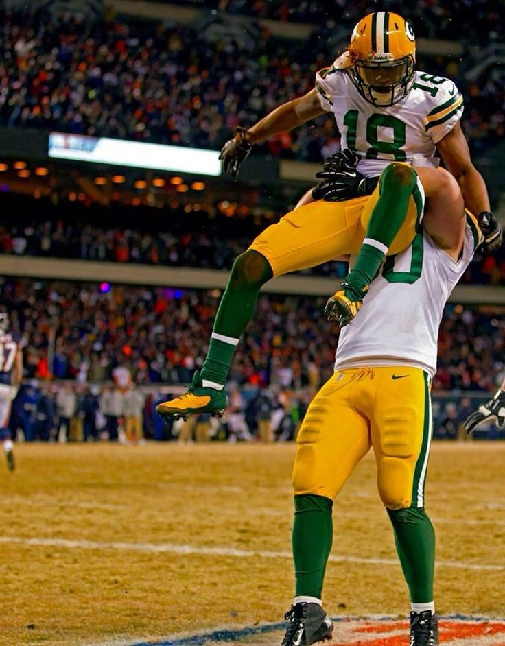 Oh look, it's John Kuhn hoisting Randall Cobb just before defeating the Shitcago Bears to end their pathetic season. pic.twitter.com/IDsu4a424T