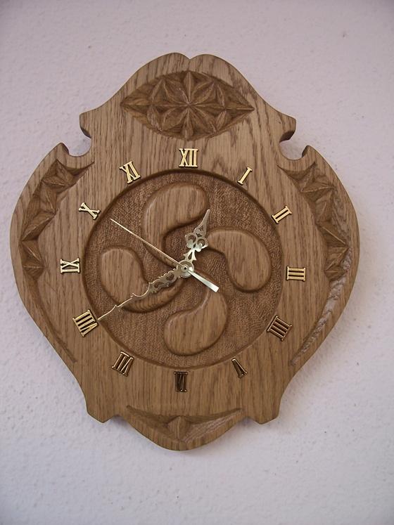Reloj tallado a mano  www.productos-vascos.com