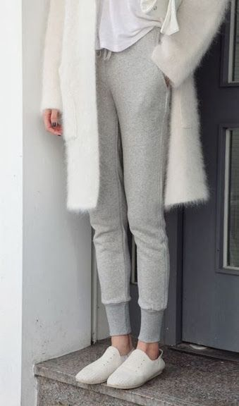 White and grey casual minimalist look for spring | stylissima.co.il