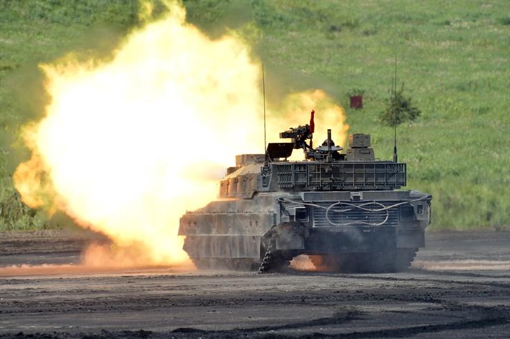 [乗員]3人  [全備重量]約44t  [全長]約9.4m  [全幅]約3.2m  [全高]約2.3m  [最高速度]約70km/h  [エンジン]  水冷4サイクル8気筒  ディーゼル機関  12,00ps/2,300rpm  [武装]  120mm滑腔砲  12.7mm重機関銃  74式車載7.62mm機関銃  [開発]防衛省技術研究本部  [製作]三菱重工業,日本製鋼所    陸上自衛隊の4代目となる戦車で、対機甲戦闘・機動打撃、特殊部隊攻撃対処などの能力が大幅に向上している。最大の特徴はC4I(指揮・統制・通信・ コンピュータ-・情報)機能で、陸自ネットワークに組み込まれ、戦車同士が情報を共有できるほか、普通科の野外コンピューターネットワークとも連接し 、普通科部隊と一体化した作戦行動が可能となっている。