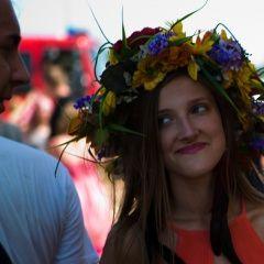Woodstockowe dziewczyny są naprawdę przepiękne. Szczególnie te w wiankach na głowach:)