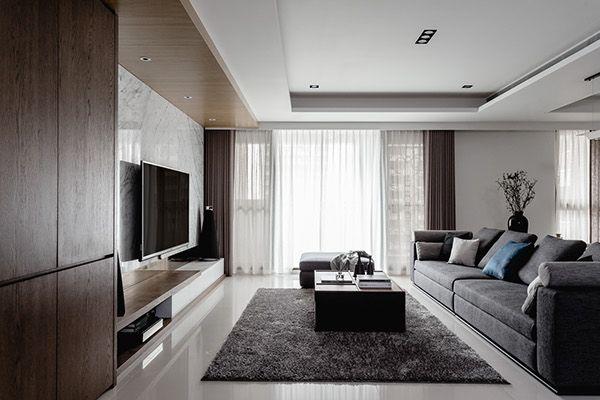 看过艺术家塑造工艺品的过程吗?利用专业与美感为成品注入灵魂,造就富含生命力的独特结晶;室内设计亦是如此,看设计师如何为预计打造为结婚新房的60 坪宅邸精雕细琢,规划为宛如艺术品般的家。针对空间宽裕的大宅,设计师以简单大器的现代风格作为定调,以低彩度色系佐大量石木材质,使整体居家空间散发自然俐落兼具的视觉感受。玄关利用木作镂空墙面作为屏隔,与对向展示柜体产生和谐对衬,并与大理石电视墙结合,让自然元素产生富有层次的延伸。后方开放书房以线条简单的单品组成,让视线焦点放在后方大型收纳展示柜;餐厅以极简色调呈现,佐…