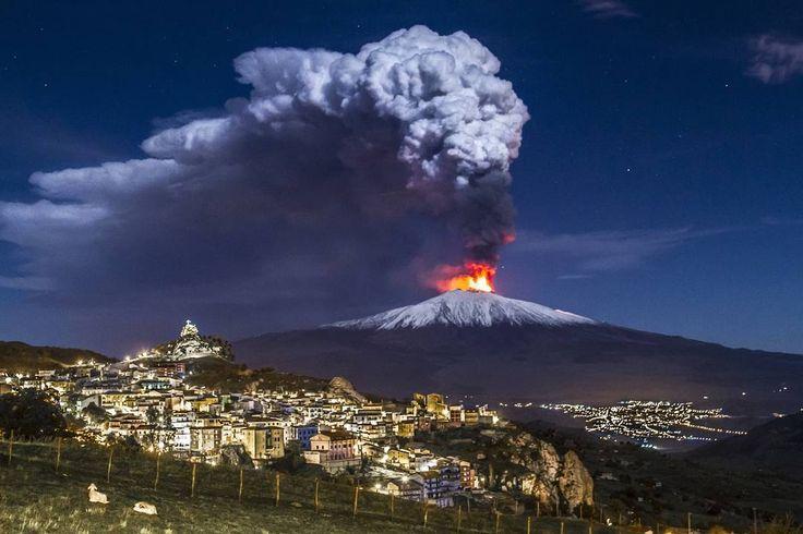 Una suggestiva foto di @fernandofamiani, che ha immortalato un'eruzione notturna dell'Etna. 🔥 Bella, vero?  #architecture #design #etna #pietracolata #sicily
