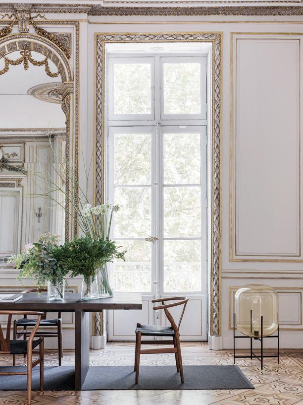 En klassisk 1800-tals-lejlighed i Lyon i Frankrig har gennemgået en nænsom renovering, hvor gamle detaljer er blevet bevaret og restaureret af kyndige hænder. Kvinden, der bor her, har villet bevare ejendommens historiske elementer, men har samtidig søgt en indretning, der kunne gøre stedet til en afslappet, funktionel ramme for et (næsten) helt almindeligt hverdagsliv. Få en eksklusiv rundvisning i den overdådige herskabslejlighed lige her...