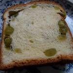 サンドウィッチパーラーまつむら - 「うぐいす豆パン」(¥135):甘さを控えたうぐいす豆の甘煮がたっぷり、素朴な味わい!