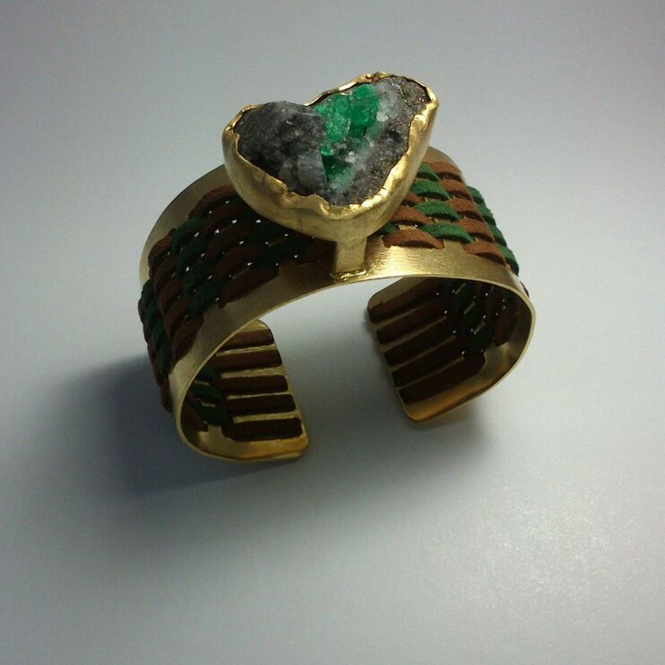 Pulsera en bronce con baño de oro 24 klt tejida en cuero con esmeralda.  Diseño y elaboración: Oscar Bautista. WhatsApp (+57)3192399816 Facebook:/joyaspiedras.oscarbautista