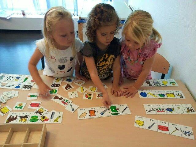 Maatjeswerk bij de speelwerkles. Kind 1 kiest iets uit de kast en legt het uit en speelt het met kind 2. Materiaal is ondergeschikt. Doelen zijn samenwerken, communicatie op gang brengen, luisteren naar elkaar. Met dank aan juf Henrike via facebook