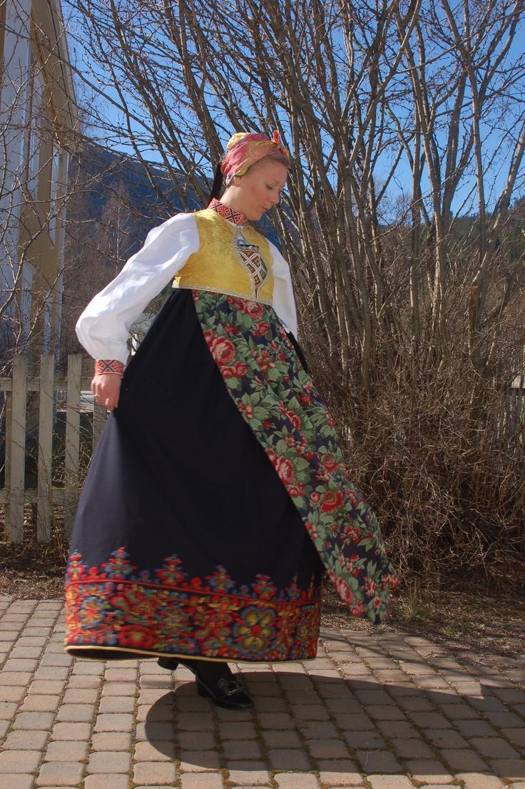 Folk costume from Flå, Hallingdal, Norway | Foto: Vibeke Hjønnevåg http://home.online.no/~vi-hjoen/