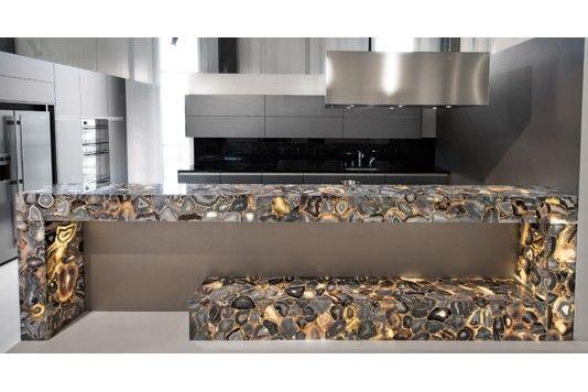 Nicht nur als Bodenbelag oder im Bad attraktiv: Naturstein ermöglicht eine Vielzahl an individuellen Küchenobjekten. Das feurige Spiel von Halbedelsteinen wird bei «Wild Agate» als hinterleuchtete Bar in die Küche integriert. Hans Eisenring