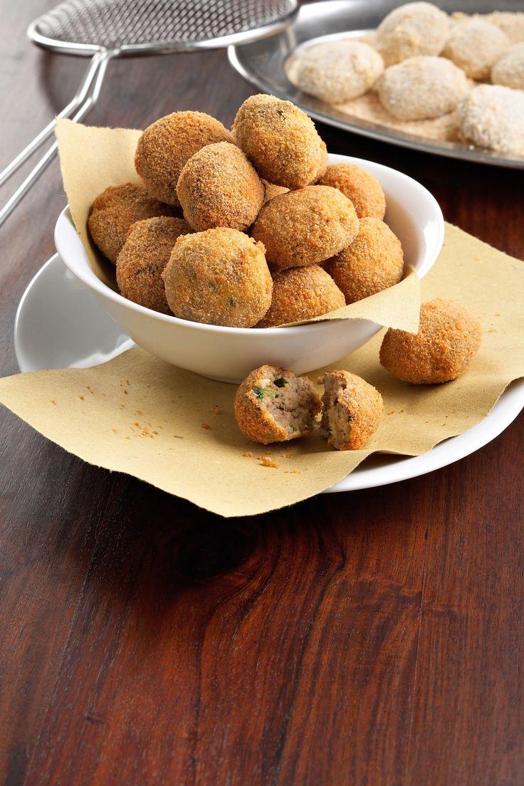 Ricetta tipica della tradizione lombarda, scopri con Sale&Pepe come preparare le sfiziose polpette di lesso in casseruola. Guarda la ricetta