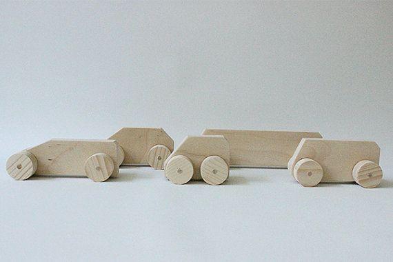 Speelgoed autos (set van 5) gemaakt van berkenhout. Zowel te gebruiken als speelgoed en decoratie.  - Afmetingen (l x h): bus: 20,5 x 5,5 cm -