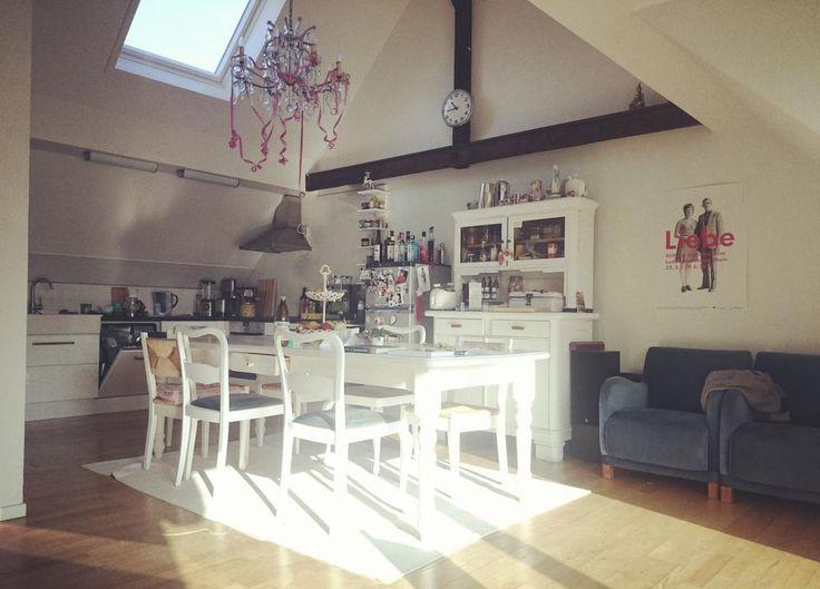 Helle Küche mit viel Sonneneinfall, weißem Esstisch mit Stühlen - einbauküche gebraucht köln