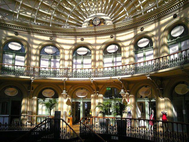 A Bolsa do Milho em Leeds, West Yorkshire,  Inglaterra, Reino Unido. Foi projetada por Cuthbert Brodrick, concluída em 1862 e inaugurada em 28 de julho de 1863. Foi reconstruída como um centro de compras de luxo, na década de 1980. É um exemplo da grandiosa arquitetura vitoriana. Ver: http://www.europealacarte.co.uk/blog/2015/06/29/