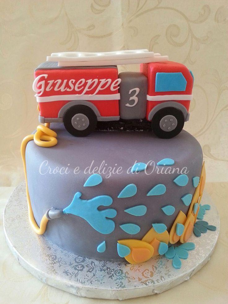fondant fire truck cake - Torta camion pompieri | http://blog.giallozafferano.it/crociedeliziedioriana/2014/08/torta-camion-pompieri.html