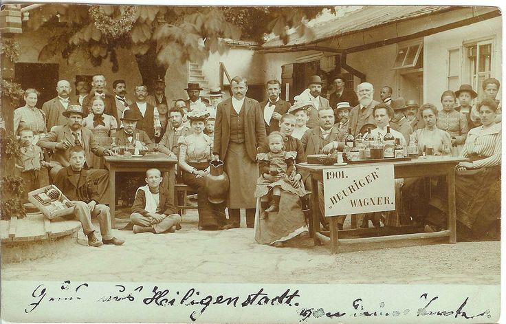 Im Hof des alten Wagner-Hauses Hohe Warte 45. Der Herr im Zentrum (mit Krug in der Hand) ist Franz Wagner, der Herr vor dem Baum (mit dem Weinheber) Josef Wagner