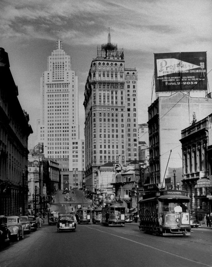 Dmitri Kessel: State Bank Building, edifício mais alto da cidade, composto por 36 histórias, sentado no centro-esquerda parte da fotografia.  São Paulo, Brasil, 1947