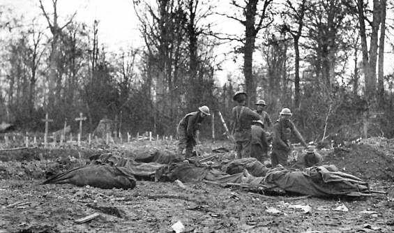 Americans burying their dead, Bois de Consenvoye, France, Nov. 8, 1918.