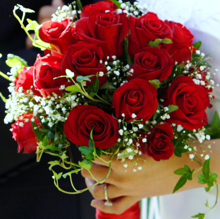 Dit boeket is echt super leuk voor de bruid! Om weer met de kleuren te spelen houdt de bruid een rood boeket vast en de bruidsmeisjes een wit boeket. En wat is er beter dan rode rozen op je trouw!?