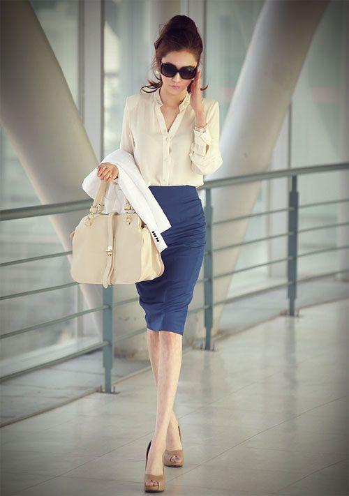 Den Look kaufen: https://lookastic.de/damenmode/wie-kombinieren/sakko-bluse-mit-knoepfen-bleistiftrock-pumps-shopper-tasche-sonnenbrille/6180 — Schwarze Sonnenbrille — Hellbeige Bluse mit Knöpfen — Weißes Sakko — Hellbeige Shopper Tasche aus Leder — Blauer Bleistiftrock — Beige Leder Pumps