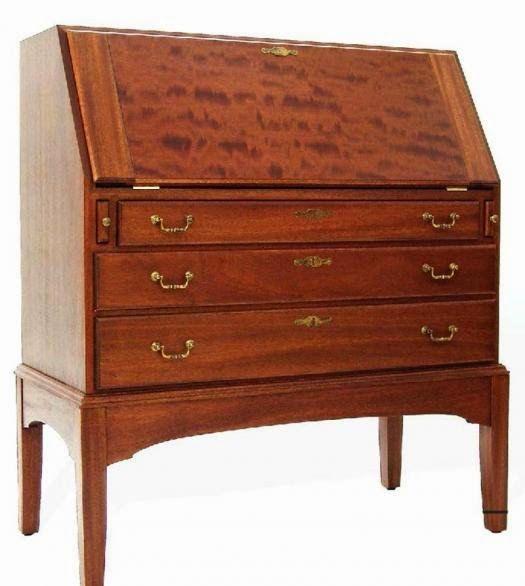 Ah! E se falando em madeira...: escrivaninha tipo secretaria.