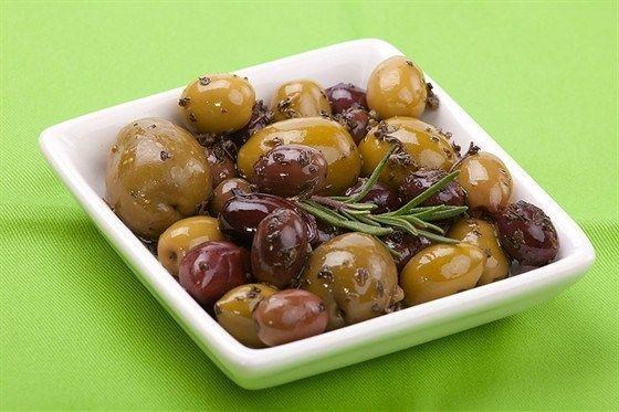 Теплые маринованные оливки по-французски