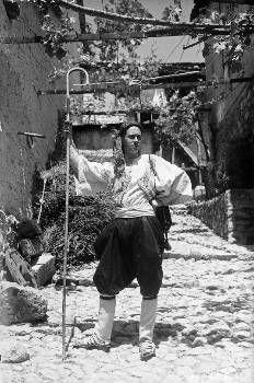 Ο Γ. Τσαρούχης στην Αράχοβα, με φορεσιά από την Σκύρο