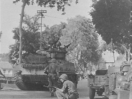 Nederlandse militairen tijdens oprukken in de stad Malang (Indonesië) tijdens politionele actie