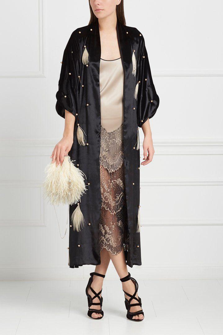 Маленькое черное платье – универсальный вариант на все торжественные случаи и вечеринки. Если хочется чего-то поинтереснее, не пренебрегайте броскими деталями, но осторожнее с пайетками, искусственными камнями, стразами и прочими выхлопами моды девяностых и ранних двухтысячных – тут грань между китчем и безвкусицей довольно тонкая.
