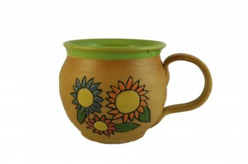 Hrnek s kytičkami - keramika Buclatý hrneček vytočený na hrnčířském kruhu, uvnitř barvený hráškově zelenou glazurou. Zdobený je ručně vyrývaným barevným motivem kytiček. Výška 8,5 cm, objem cca 300 ml. Všechny použité materiály mají hygienický atest.