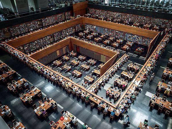 Muhteşem bir görüntü. İnsanın kitap okuma arzusunun pik yaptığı yerlerden biri. Pekin Halk Kütüphanesi
