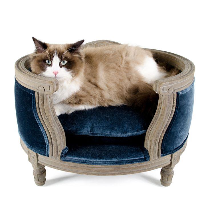 Kattensofa George Cut-Pile Blue  Op deze luxe en stijlvolle sofa in Louis XVI stijl kan uw huisdier heerlijk vertoeven. Het  solide eiken houten frame is duurzaam en bijzonder stijlvol en elegant.  De sofa is voorzien van een bijpassend kussen, welke dankzij de behandeling met Teflon® vuil- en waterafstotend is. Het kussen is wasbaar op 30 graden.          Produktoverzicht:Kleur:           Maat:       sofa George Cut-Pile Blue in Louis XVI Stijl met solide eiken frame met bijpassend vuil- en waterafstotend kussen kussen wasbaar op 30 graden       frame: bruin kussen: blauw        49 x 40 x 31 cm