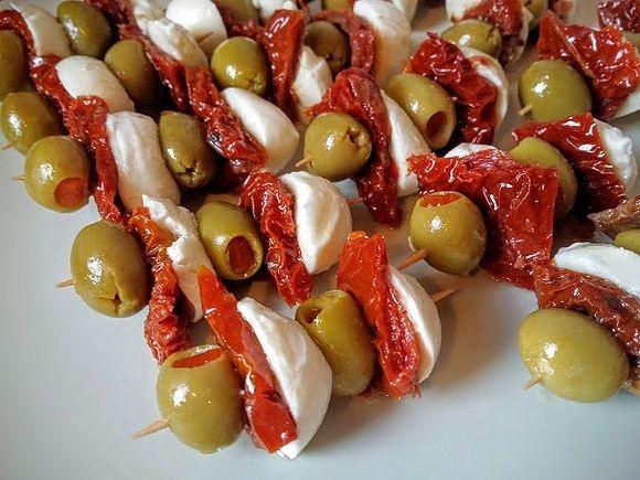 Koreczki z mozzarellą i suszonymi pomidorami