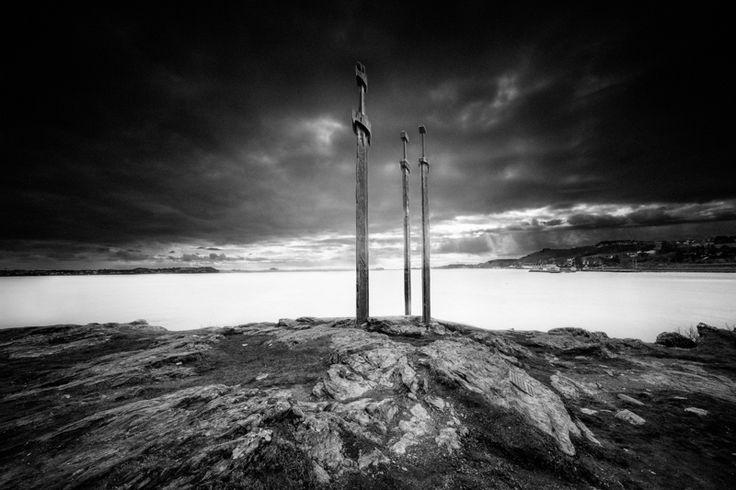 Sverd i fjell (Swords in Rock)