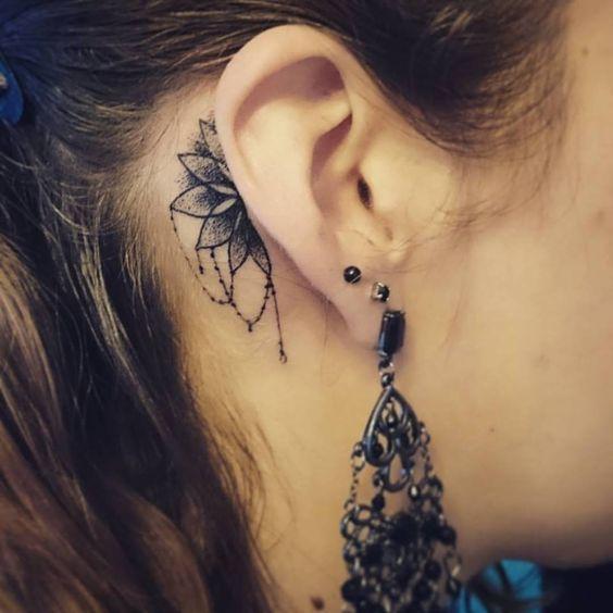 Tatouage derrière l'oreille mandala