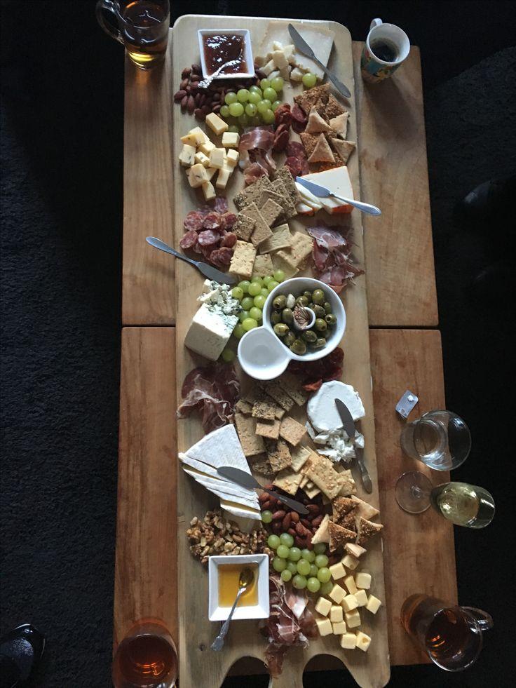 Tapasplank met diverse kaasjes, worstjes, ham, chutney, noten, crackers en druiven! TE lekker!!