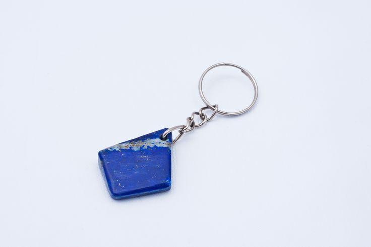 Breloczek wykonany z oszlifowanego kawałka lapis lazuli.