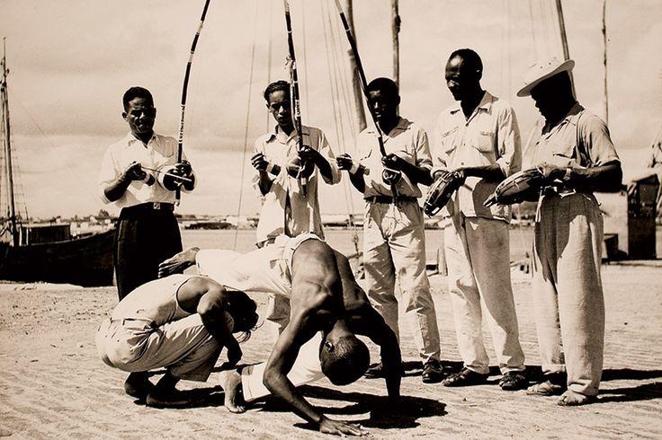 Roda de capoeira em Salvador-Bahia, registrada por Pierre Verger - Quando a noite caia, ao som do rufar de tambores e dos movimentos de dança dominavam nas senzalas; eram festivais e outros eventos culturais que foram admitidos porque a maioria dos proprietários acreditavam que diminuía as chances de revolta.