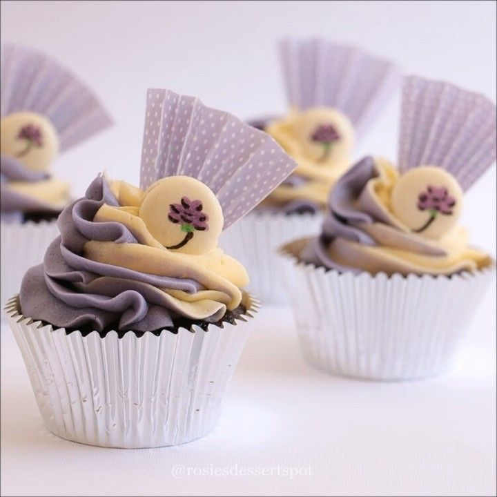 For the full and free tutorial visit http://youtube.com/c/rosiesdessertspotaustralia or click the link in my bio. These were a blast to make! I'd call them harajuku style cupcakes but I don't think that's very accurate. What wouod you call these? And yes the purple paper is perfectly edible ;) #cupcake #cakedecorating #macarons #macaroons #cupcakedecorating #howto #tutorial #videotutorial #video #youtube #cakevideo #minimacaroon mini #birthday #party #cute #baking #dessert by…
